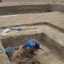 Расчистка погребения молодой женщины на могильнике Ала-Тей 1. Фото предоставлено участниками экспедиции