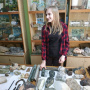 Педагог ДО Клуба юных геологов Ольга Чумакова проводит экскурсию по музею