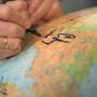 Сергей Готье ставит подпись на Глобусе русского первенства. Фото: Алексей Михайлов