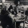 Э.В. Толль в избе. Фото: Научный архив РГО