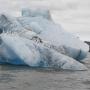 Айсберг. Куски ледника откалываются от массива ледника и плавают в воде