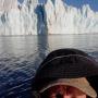 Обжиров А.И. в лодке приблизился к леднику в заливе Благополучия Новой Земли