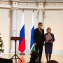 Е. Куйвашев вручает Почетную грамоту С. Минюровой