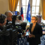 Мэр пятого округа Парижа Флоранс Берту даёт интервью на фоне стенда РГО. Фото: Центр РГО во Франции